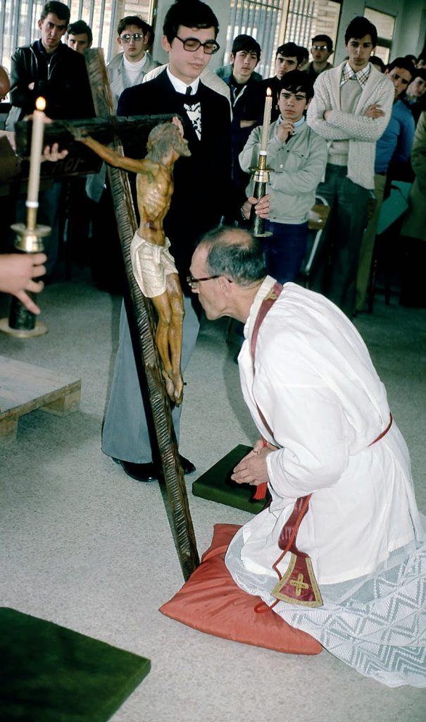 El P. Morales y Eduardo en la adoración de la Cruz, Jornadas de 1976
