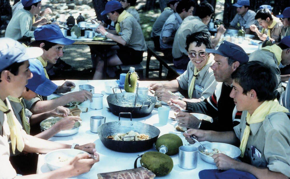 Abelardo compartiendo mesa en el campamento de 1982