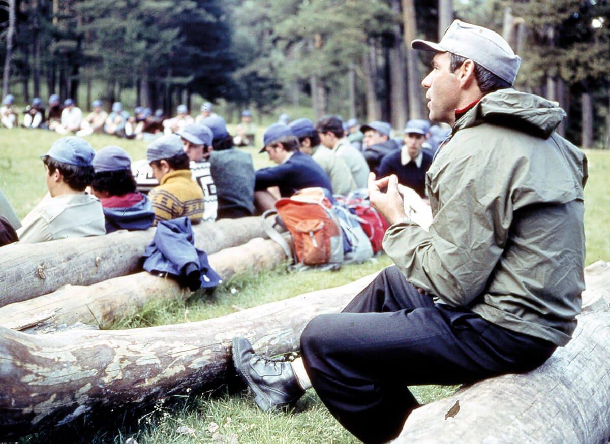 Abelardo en una asamblea del campamento