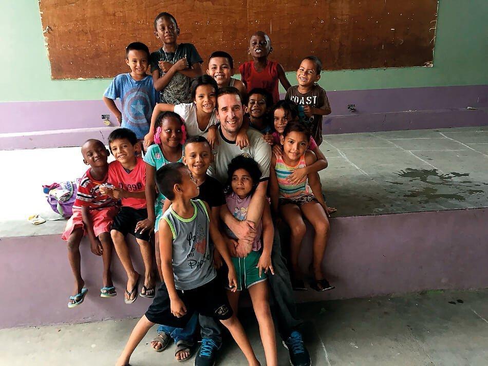 Jesús con niños hondureños