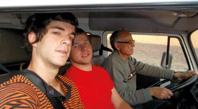 Vicente conduciendo la combi
